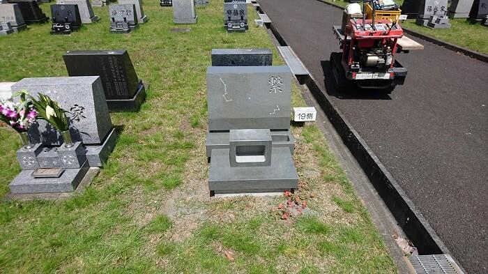 本小松石洋型墓石 芝墓地タイプ4